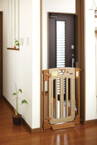 玄関も、赤ちゃんが自由に出入りするには危険な場所。ベビーゲートで防ぎましょう