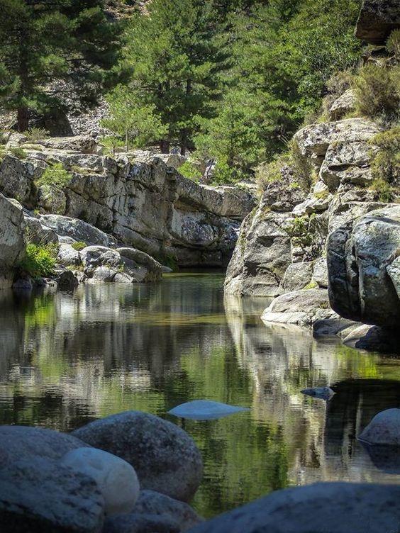 Corsica - Fleuves et Rivieres -  Le Golo (Golu) est le plus grand fleuve de Corse. Il se jette dans la mer Tyrrhénienne. Ce fleuve côtier prend naissance au sud de la Paglia Orba (2 525 m), à 200 m au sud du Capu Tafunatu (2 335 m) à 1 991 mètres d'altitude, sur la commune d'Albertacce. Il parcourt 89,6 km1 pour finir sa course dans la mer Tyrrhénienne, au sud de l'étang de Biguglia en plaine de Lucciana longeant le site de Mariana.