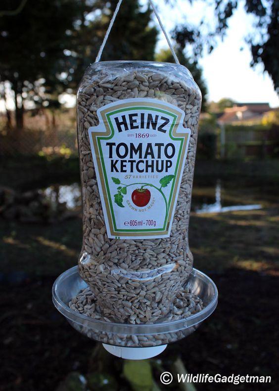 mangeoire recyclée bouteilles en plastique vide Dremel Multitool et coupe roue brochettes en bois Rust-Oleum Peinture Stylos Crochets pour accrocher dans les arbres <a href=