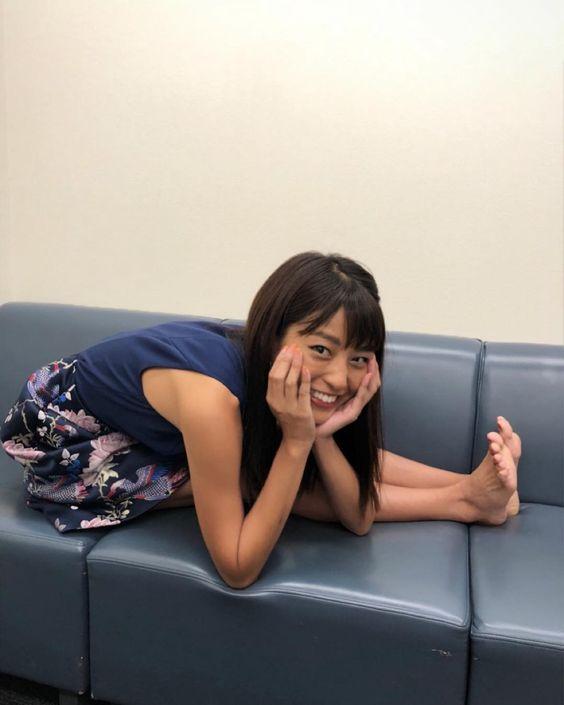ソファーの上で身体の柔らかさを見せる岡副麻希の美人でかわいい画像
