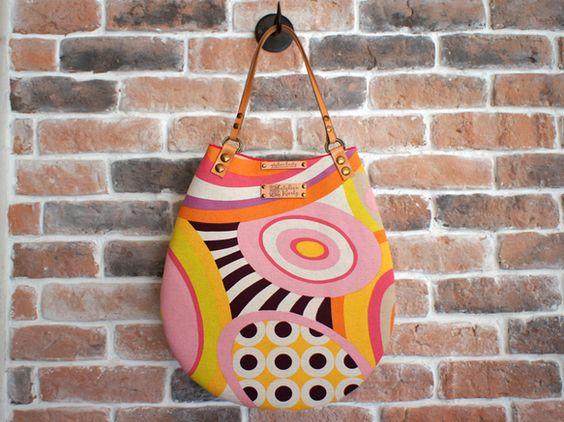 たまごのカタチ「たまごのバッグ」。大胆なパターンでビビッドな色合いのテキスタイル。イタリアのデッドストックです。やさしいたまごの形が個性的。厚手の芯を貼ってあ...|ハンドメイド、手作り、手仕事品の通販・販売・購入ならCreema。