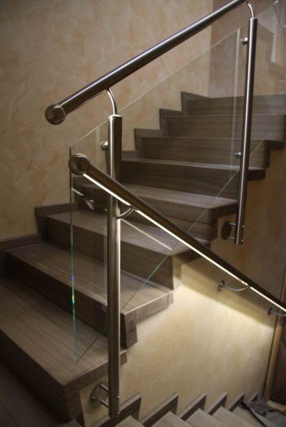 edelstahlgel nder mit einer f llung aus glas und einem handlauf mit led beleuchtung gel nder. Black Bedroom Furniture Sets. Home Design Ideas