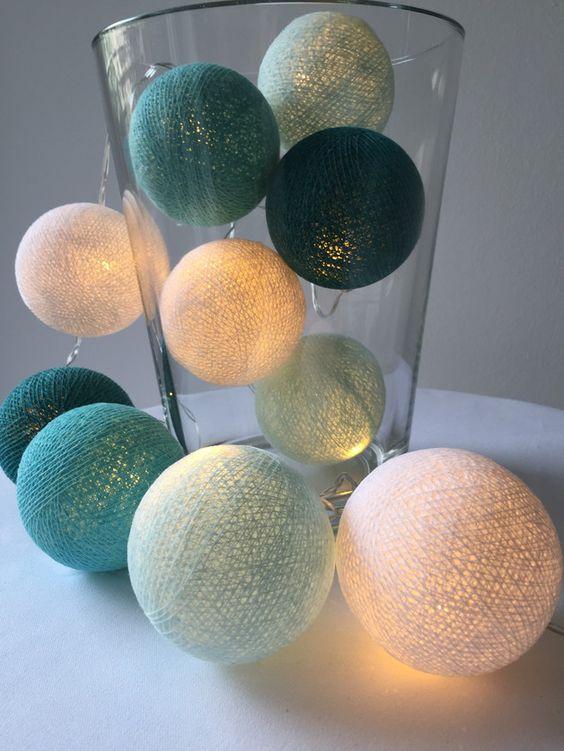 **10er LED Lichterkette, warmweiß, batteriebetrieben mit Cotton balls in weiß, hell- , mittel- und dunkeltürkis**  Bringt das Ibizafeeling nach Hause. Diese 10er Lichterkette mit Baumwollkugeln...