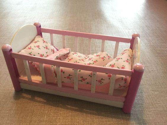Orig. Mini Baby Born Miniworld Weiße Möbel Serie Bett mit Zudecke
