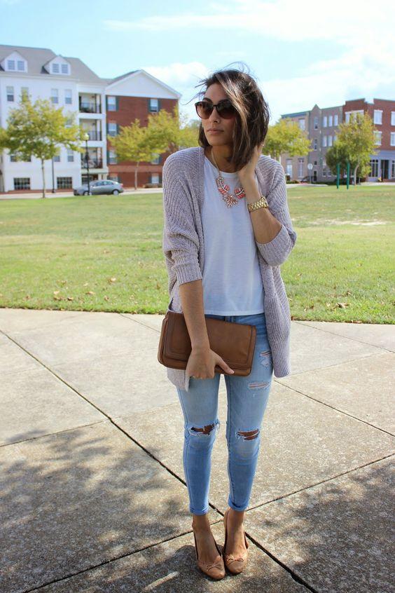 Den Look kaufen: https://lookastic.de/damenmode/wie-kombinieren/strickjacke-mit-offener-front-t-shirt-mit-rundhalsausschnitt-enge-jeans-ballerinas-clutch-sonnenbrille-perlenkette/4167 — Braune Leder Clutch — Hellblaue Enge Jeans mit Destroyed-Effekten — Braune Leder Ballerinas — Graue Strickjacke mit offener Front — Rosa Perlenkette — Weißes T-Shirt mit Rundhalsausschnitt — Dunkelbraune Sonnenbrille