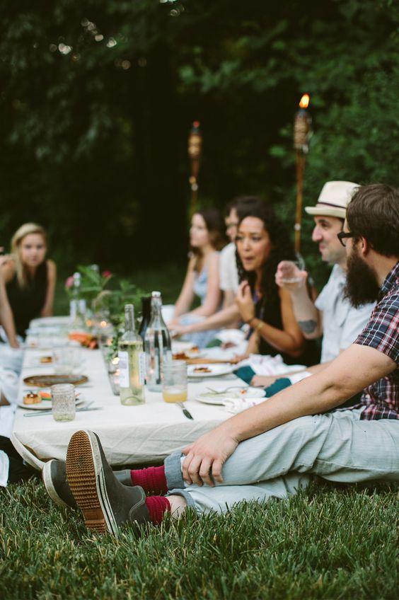 Se d tendre autour d 39 un bon repas entre amis picnic for Repas entre amis ete