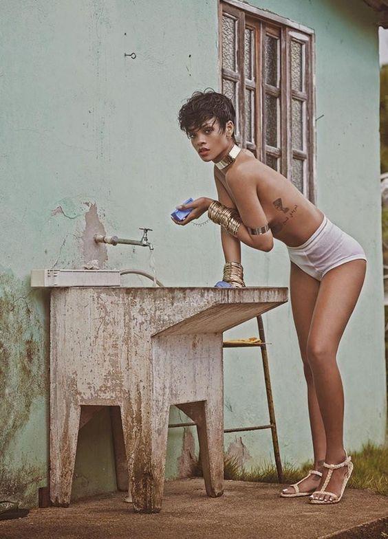 Rihanna em casa da humilde vila de pescadores que serviu de locação para o shooting (Foto: Mariano Vivanco)