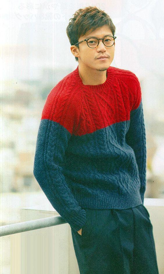 ツートンのセーターを着た小栗旬