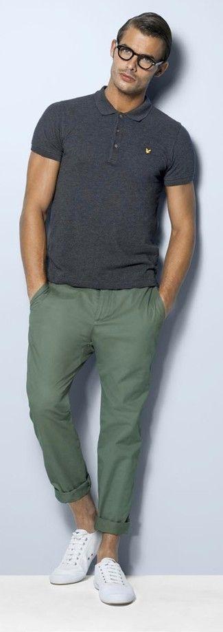 Para un atuendo que esté lleno de caracter y personalidad intenta ponerse una camisa polo gris oscuro y un pantalón chino verde oliva. Complementa tu atuendo con zapatillas plimsoll blancas.