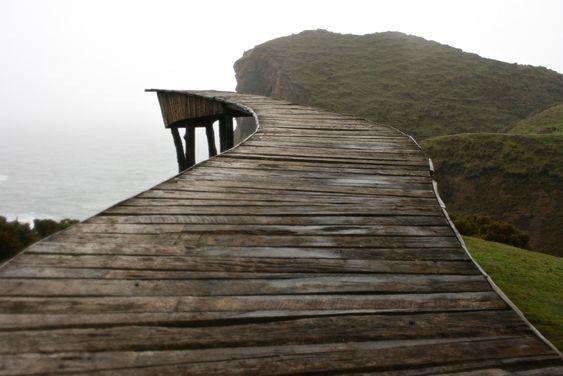 """""""Cuentan los antiguos que en un lugar de Chiloé, para cruzar al Mas Allá, las almas errantes deben suplicar """"¡Balseo!...  http://www.plataformaarquitectura.cl/cl/765447/arte-y-arquitectura-kuy-kuy-tempilcahue-muelle-del-alma"""