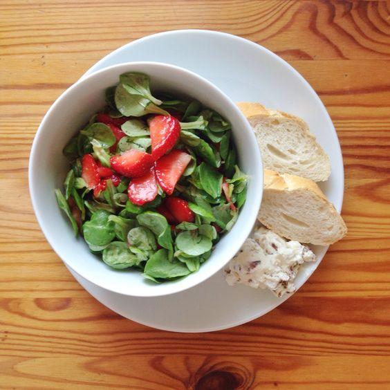 Veggie-Sonntag: Feldsalat mit Erdbeeren und Walnuss-Frischkäse-Dip « pixlpop.de