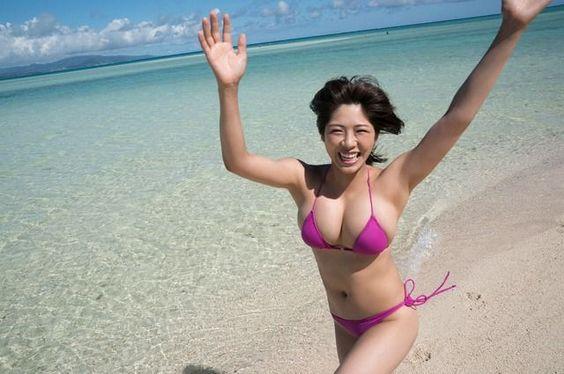 元気ハツラツ海ではしゃぐわちみなみのエロ可愛い画像
