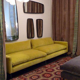 Canapé dont la couleur jaune moutarde est mise en valeur par les tons ...