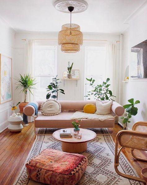 Un canapé rose pour un salon inspiration ethnique chic sur Domino Magazine