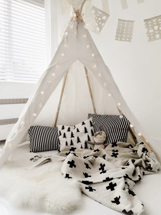 http://kidsmopolitan.com/luces-de-navidad-para-todo-el-ano/ iluminación de navidad en habitación infantil,  tipi cabaña indios, kidsmopolitan decoración, niños, bebés, guirnaldas de luz