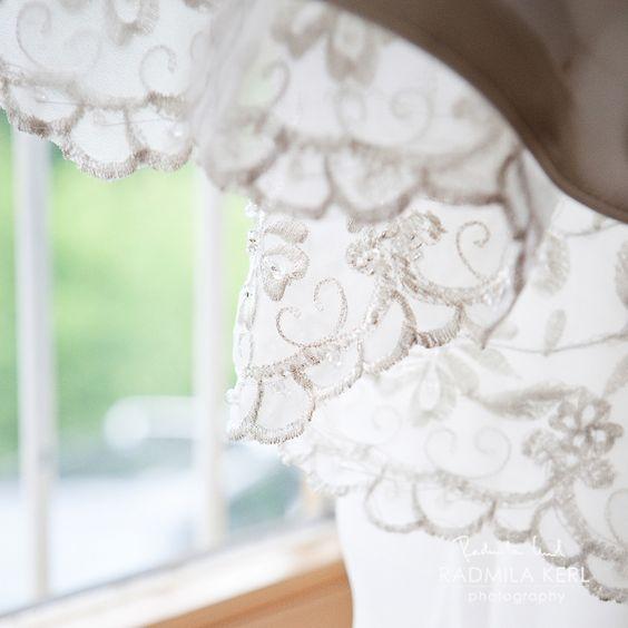 detail photography of wedding dress application by (c) radmila kerl wedding photography munich Detailaufnahme von einer Stickerei auf einem Hochzeitskleid