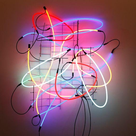 Vom 25. April bis 26. August 2012 präsentiert das BMW Museum mit Unterstützung der Galerie Häusler Contemporary rund zehn leuchtende Kunstwerke des international renommierten Lichtkünstlers Keith Sonnier. Der US-Amerikaner macht sich die Ästhetik von Leuchtreklamen zunutze, indem er mit der aus dem Werbebereich vertrauten Neon-Technik