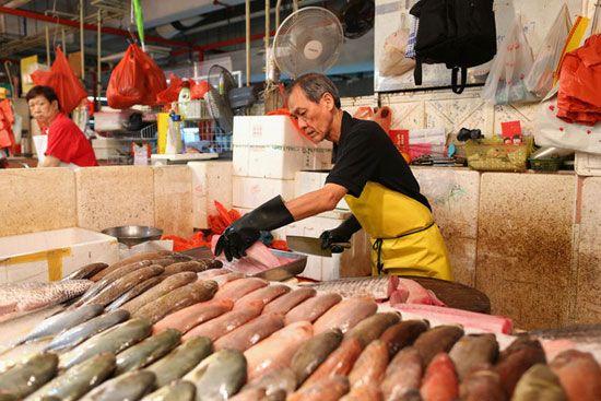 Chợ ướt đóng vai trò quan trọng trong đời sống của người dân Singapore