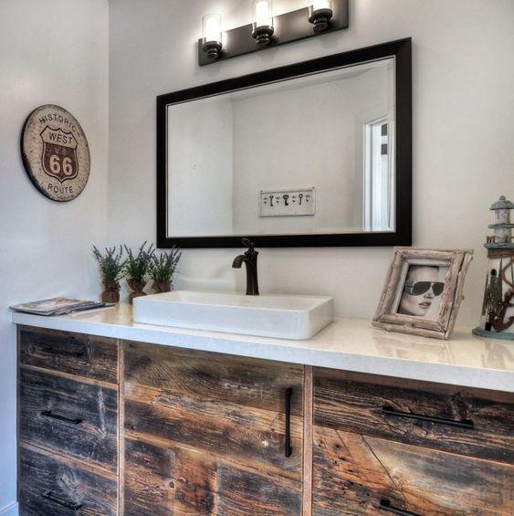 meuble sour lavabo en bois vieilli dans la salle de bains esprit vintage - Salle De Bain Vintage Design