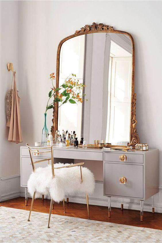 """Decoração de penteadeira: 6 estilos para você se inspirar. Clássico: Para aderir ao estilo clássico na hora de criar a sua penteadeira sem ficar muito exagerado ou com cara de """"ultrapassado"""", busque equilibrar os elementos do décor. A grande aposta vai para o espelho com moldura ornamental em tons de dourado ou cobre, para dar o ar sofisticado. (Foto: Divulgação)"""