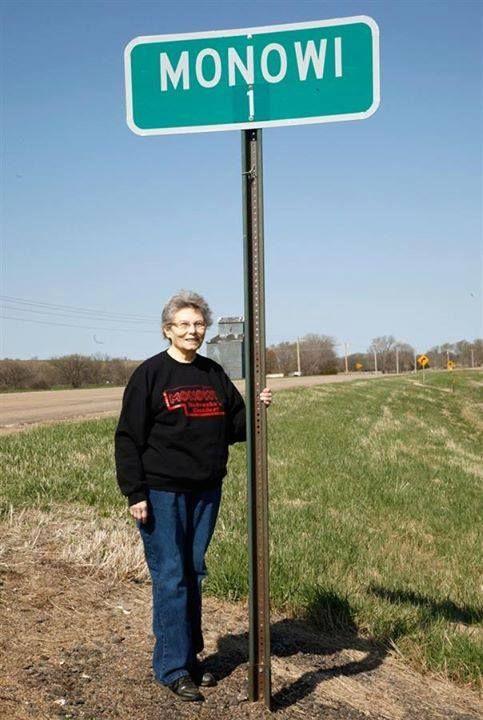 O município de Monowi, em Nebraska, nos Estados Unidos, tem população de 01 pessoa. Elise Eiler é a única habitante, sendo ao mesmo tempo prefeita e a dona do único bar do local...