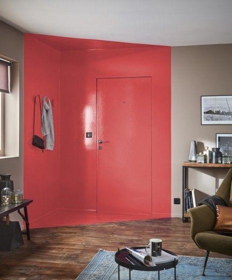 La porte se fond dans le décor avec la peinture effet laquée