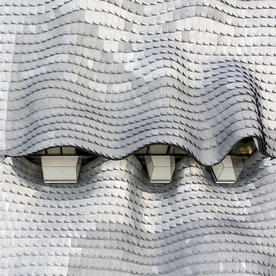 Construite sur les flancs escarpés du littoral andalou, la Casa Campos s'intègre à la pente du site de manière à ne dévoiler que sa toiture en écailles de Zinc. Imaginée par le studio GilBartolomé, le projet est coiffé d'une structure sing...