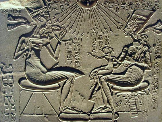 Akhenaton y Nefertiti con el disco solar (Creador). Relieve en pared de piedra