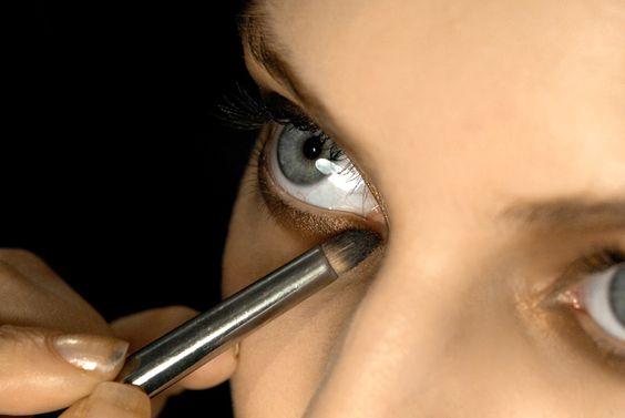 ....e ti dirò che colore di ombretto usare. Come si truccano gli occhi azzurri, verdi, castani, neri o grigi? Ecco le risposte ai dubbi più comuni su come truccare gli occhi in base al colore dell'iride