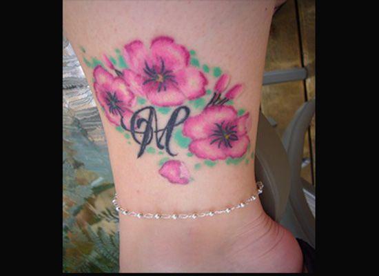 Tatouage femme cheville fleurs et lettres m tatouage femme cheville pinterest - Tatouage cheville fleur ...
