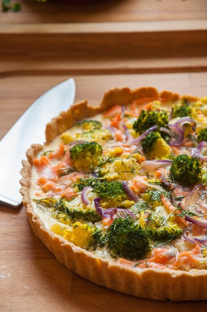 Tarte mit Broccoli, roten Zwiebeln und Lachs. Bestens für einen Sonntagsbrunch geeignet.