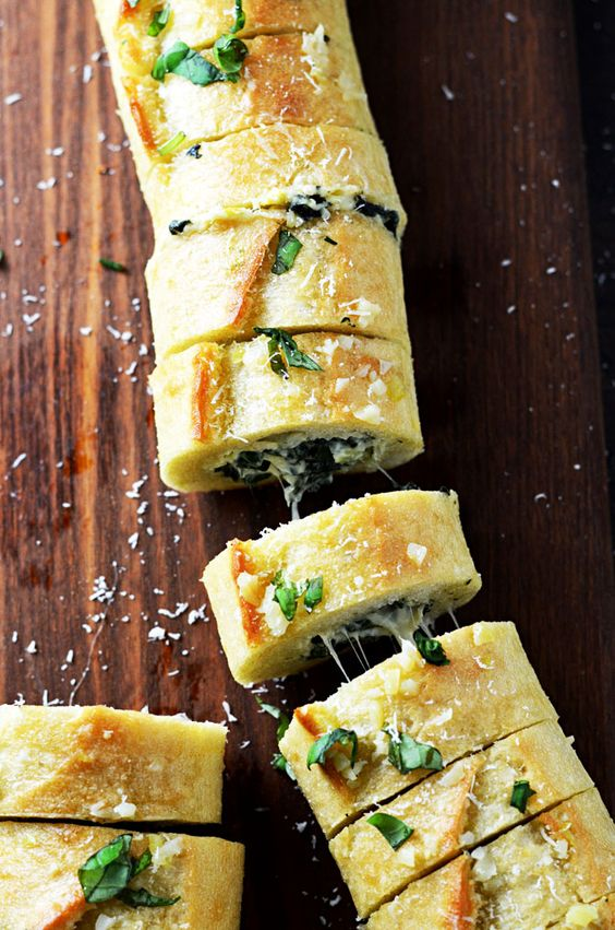 Gesunder und schneller Snack nebenbei: warmes Spinatbrot mit Artischocken auf Knoblauch - Yummi!