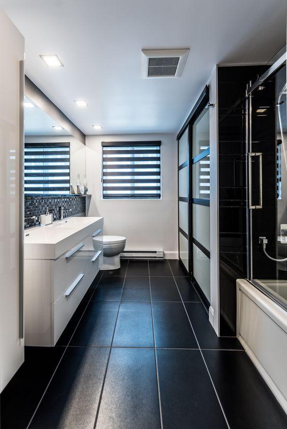 Projet De Salle De Bain Contemporain Tout En Contrastes En Noir Et Blanc Stores Alternes Ceramique L Contemporary Bathroom Bathroom Interior Design Bedroom