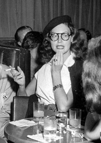 Increíble como te cambian la cara ciertas gafas. Ava Gardner.
