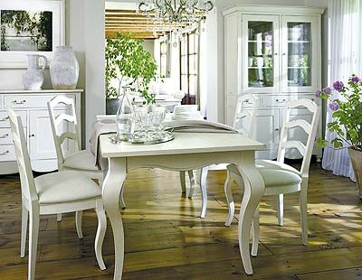 Las elegantes patas de la mesa dan un aire se orial a este for Comedor vintage blanco