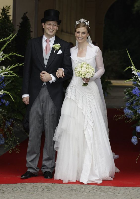 Pin for Later: 21 königliche Hochzeitskleider, getragen von echten Prinzessinnen Sophie von Preußen, 2011 Prinzessin Sophie von Isenburg heiratete ihren Prinz Charming Georg Friedrich von Preußen in einem Kleid von Wolfgang Joop.