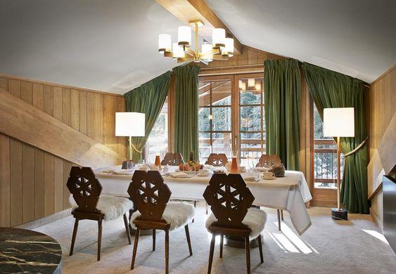 Da poco riaperto per la stagione invernale, L'Apogée Courchevel presenta quest'anno alcune grandi novità: un fumoir a disposizione degli ospiti, con una pregiata selezione di sigari e whisky, e due nuovi nomi in cucina, lo chef Jean-Luc Lefrançois e Eve Moncorger per la pasticceria. Nell'immagine, la sala da pranzo della penthouse, la più preziosa tra le stanze dell'hotel.