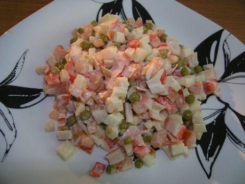 Салат из крабовых палочек, помидор и зелёного горошка.