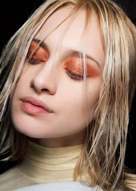 55 fall + winter makeup ideas to wear now | Jewel tone shadows, dark lips, rich hues—you'll love these cold-weather beauty looks! | Rose gold metallic eye shadow + et hair