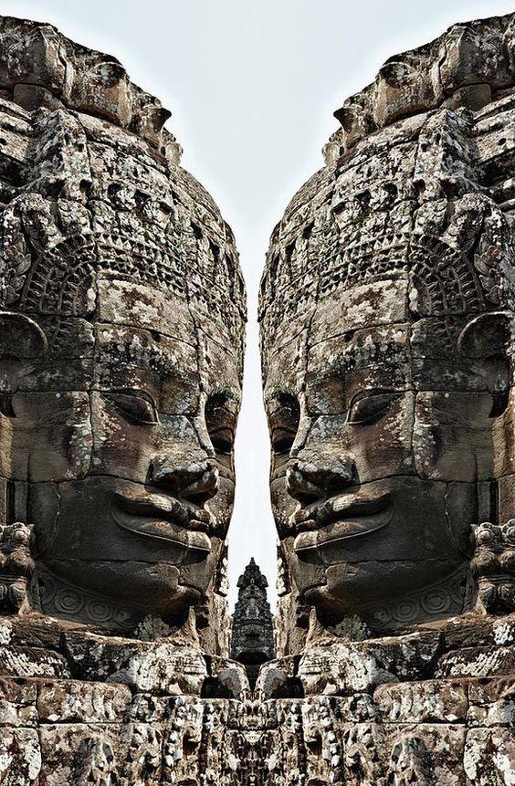 Ангкор Ват е най-големият храмов комплекс на Хинд и най-големият религиозен паметник в света.  Храмът е построен от цар Сурияварман II в началото на 12 век в Яшодарапура, днешен Ангкор, столицата на Кхмерската империя, като държавен храм и евентуален мавзолей.
