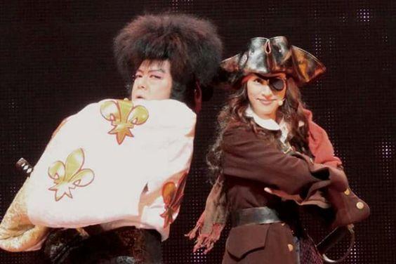 天海祐希と舞台に立つ歌舞伎役者の格好をした古田新太の画像