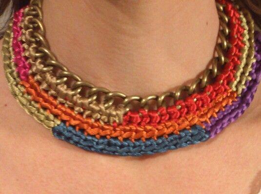 Collar colores étnicos en cola raton y cadena hecho a mano en Ganchillo