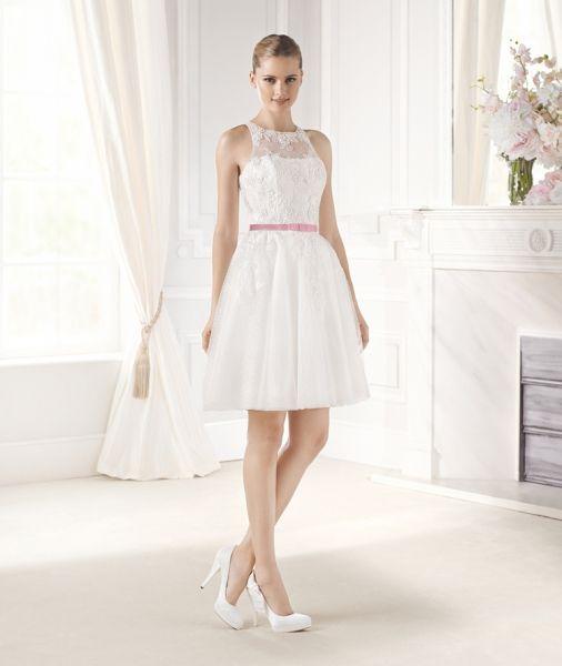 Emi: traje de novia corto con cinturón en raso de color rosa