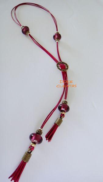 Collar de cuero color fresa con cuentas de zamak dorado y cuentas de cristal.