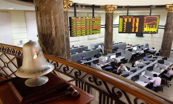 البورصة تواصل الأداء المتباين بمنتصف تعاملات الخميس - رجب عزالدين واصلت مؤشرات البورصة المصرية حالة التباين الممتدة منذ الصباح وحتى منتصف تعاملات جلسة اليوم الخميس وسط اتجاه بيعى للمؤسسات المصرية. وهبط المؤشر الثلاثيني egx30 بنسبة 0.69% إلى 13136 نقطة بينما صعد مؤشر الأسهم الصغيرة والمتوسطة egx70 بنسبة 0.19% ليصل إلى 525 نقطة حتى منتصف التعاملات. وبلغت قيمة التداولات 436 مليون جنيه للأسهم فقطواتجهت تعاملات المؤسسات المصرية و الأجنبية والأفراد الأجانب للبيع بقيم تداولات قدرها 41 مليون جنيه و7…