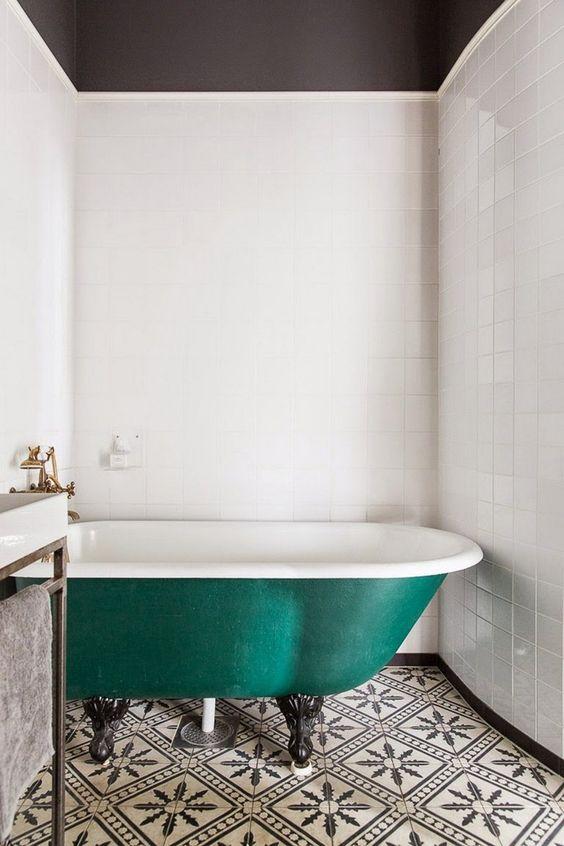 salle de bain rtro chic avec baignoire sur pieds vert ptrole et sol en carreaux de - Carrelage Retro Vert
