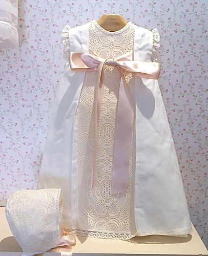 Beautiful Baby Dress, European. Baptism day. Faldón organdí con capota crudo bolillo beige
