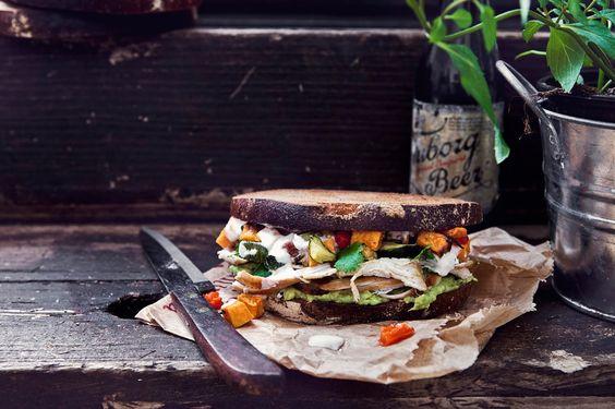 Am Wochenende h ab ich ein leckeres Sandwich mit Limetten Hähnchen, Guacamole und Ofengemüse kreeiert. Zwischen 2 krossen Brotscheiben...