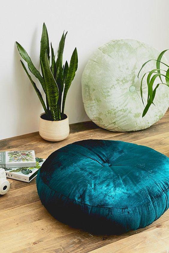 Des coussins en velours, à déposer directement au sol, pour créer une ambiance cosy et cocooning cet hiver.