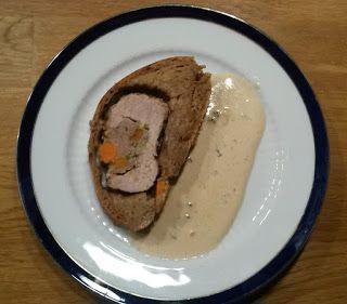 Lende im Brotteig. Mal ein etwas anderer Braten. Lende gefüllt mit Bratwurstmett und Gemüse. Dazu eine Weißweinsoße - ein Traum von einem Sonntagsbraten
